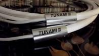 Şidmi hoparlör kablosuna bir bakış atalım. Tunami II SP-Y oksijenden arındırılmış bakır ile üretilmiş bir kablo. Kablo önce ısıtılarak arkasında da soğutularak ısıl işlemden geçiriliyor ve hoparlör kablosunun ana malzemesini oluşturuyor. Bu kablo üzerine özel bir yalıtım malzemesi uygulanıyor. Bu malzeme titreşimleri önlemesinin yanında kablo içerisindeki iletkenlerin kaynaştırılması konusunda etki […]