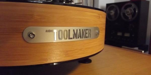 """Bu yazımızda ülkemizden bir pikap üreticisi olan Audio Toolmaker firmasının """"shortCut"""" modeline göz atacağız. İlk önce firmayı daha yakından tanımak için, web sitesinde kendisini meraklılara nasıl anlatmış ona bakalım; Pikap ve plaklara olan tutkumuzla yola çıkarak, 11 yıldır sipariş üzerine pikap ürettik. Dünyada ve Türkiye'de pikap ve plaklara olan ilginin […]"""
