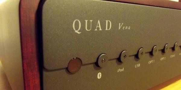 """Quad'ın yeni hepsi bir arada cihazı """"Vena""""yı mercek altına alıyoruz. Bildiğiniz gibi """"all in one"""" veyahepsi bir arada konsepti son yıllarda iyiden iyiye popüler hale gelmeye başladı. Büyük üreticilerde dahil olmak üzere bir çok firmanın bu konseptte ürünleri var. Hatta son yıllarda üst sınıfa yönelik ürünlere de denk geliyoruz. Quad […]"""